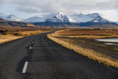 Картина Пустая дорога в начале зимы Исландии