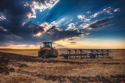 Картина Фермер в трактор подготовки страны с культиватором