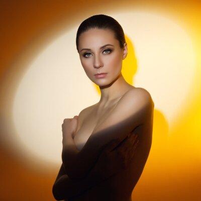 Мода художественный портрет элегантной обнаженной молодой женщины. Цветные тени.