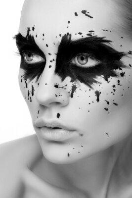 Мода портрет красивой молодой женщины темный демон на белом фоне