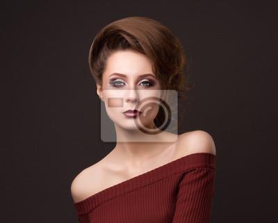 Мода портрет элегантной женщины с великолепными волосами.