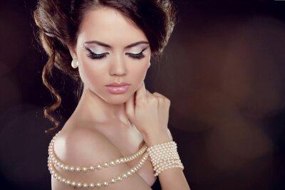 Картина Мода женщина с жемчужным ожерельем на оголенными плечами
