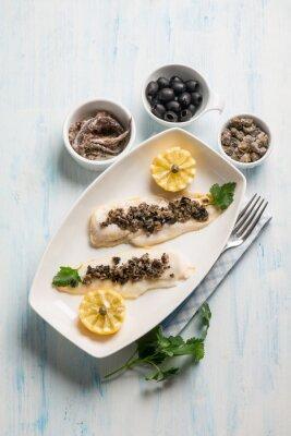 Картина филе рыбы с черными оливками и каперсами анчоусами