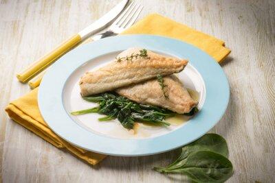 Картина филе рыбы со свежим шпинатом