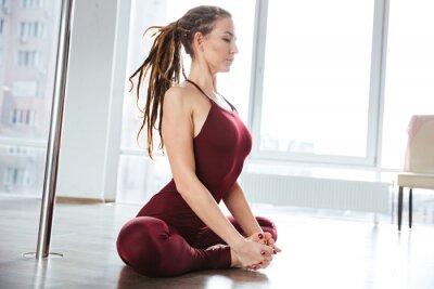 Картина Ориентированные красивая женщина делает йогу в студии