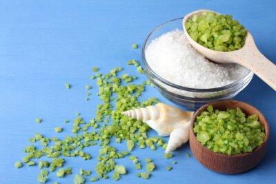 Картина ароматный зеленый и белый морская соль в стеклянной миске и деревянные bowl.Scattered вокруг зеленой морской соли с морскими раковинами на синем деревянный стол с морскими раковинами
