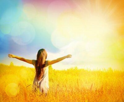 Картина Бесплатный Счастливый женщина, наслаждаясь природой. Красота девушки на улице.
