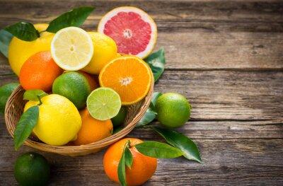 Картина Свежие и сочные плоды цитрусовых в корзине на деревенском таблицы