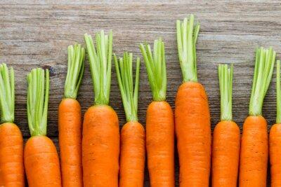 Картина Свежая морковь кучу на деревенском деревянном фоне.