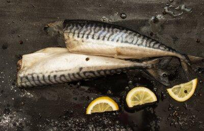 Картина Свежесрезанные скумбрии ломтики лимона, соль, перец на черном фоне