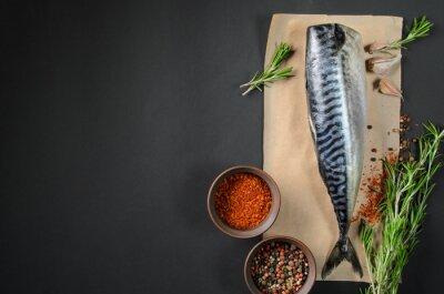 Картина Свежая рыба скумбрия на темном фоне сверху. Рыба с ароматическими травами и специями - здоровое питание, диеты или концепции приготовления пищи