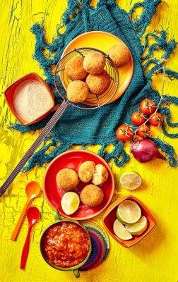 Картина Жареные bolhinos и гарниры в миски и тарелки