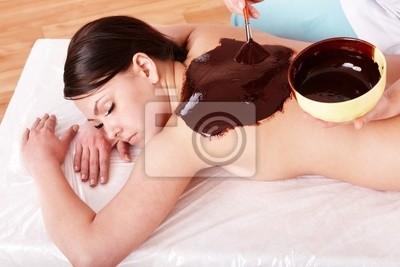 Девушка с маской шоколад тела.