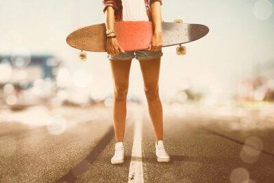 Картина Девушка держит Longboard