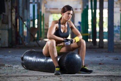 Картина девушка сидения на боксерском мешке