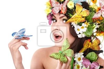 Девушка с бабочки и цветы на голове.