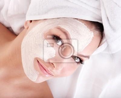 Девушка с глиняной маска для лица.