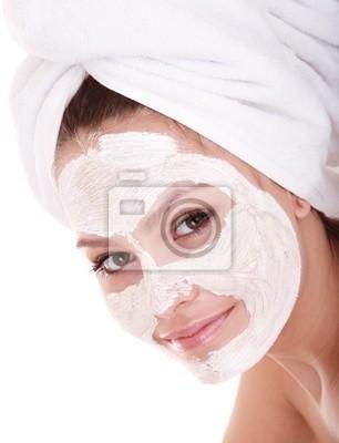 Девушка с глиняной маска для лица. Изолированные.