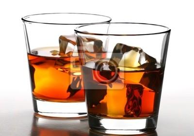 стакан виски со льдом на белом фоне