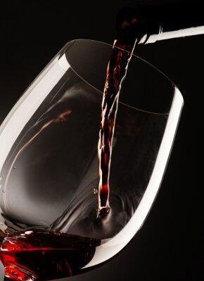 Картина стакан с красным вином на темном фоне