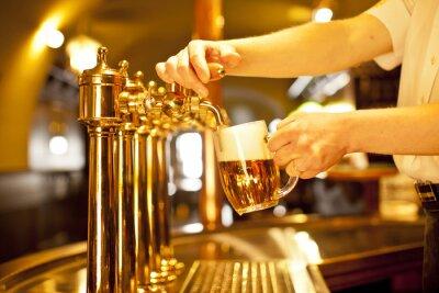 Картина золото пиво в руке и пивных кранов