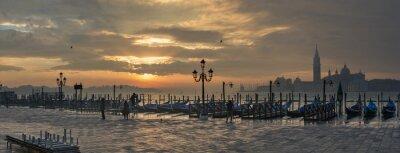 Картина Гондолы по Санкт-Марк площади во время восхода солнца с Сан-Джорджо-ди-Маджоре церкви в фоновом режиме в Венеции