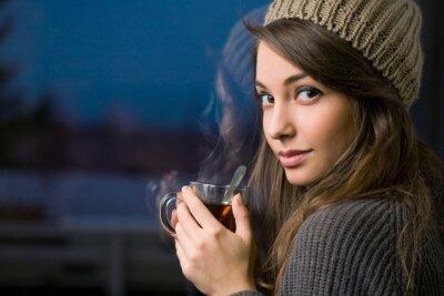 Картина Великолепная молодая брюнетка, проведение чай.