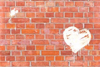 Картина Граффити Сердце оказана на кирпичной стене с пространством для текста
