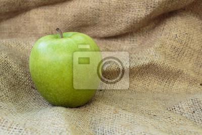 Картина Granny Smith яблоко на мешковины фоне. Копировать паста