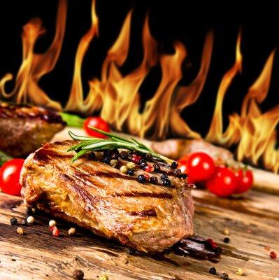 Картина Жареные стейки говядины с огнем на фоне