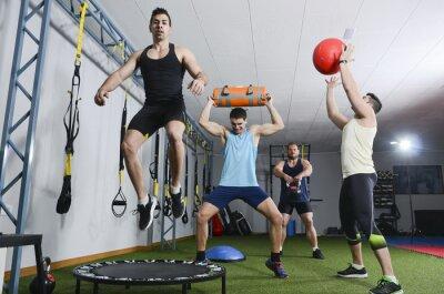 Картина Группа людей в действии делать упражнения CrossFit