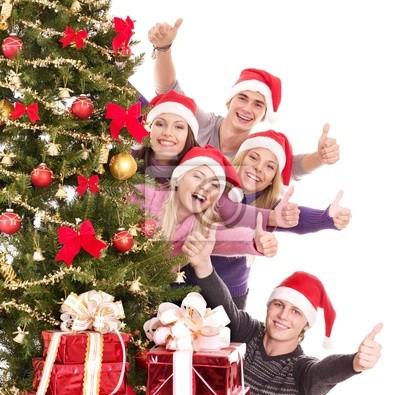 Группа молодых людей в шляпу Санта шоу пальца.