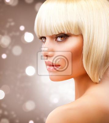 Картина Стрижка. Красивая девочка с здоровой короткими светлыми волосами