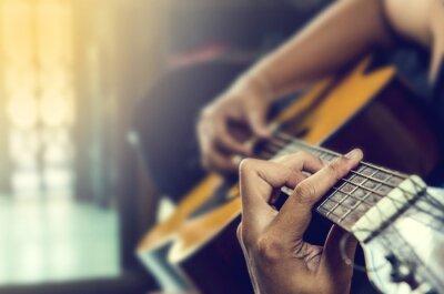 Картина рука человека в классической гитары