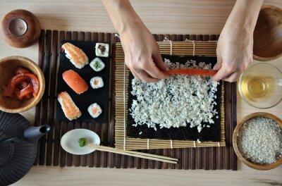 Картина руки приготовления суши
