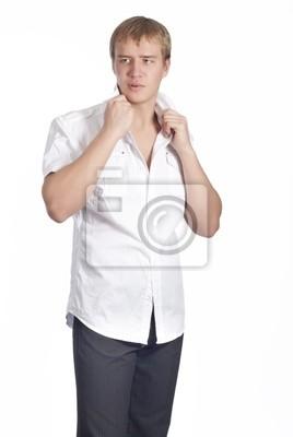 Красивый человек в белой рубашке
