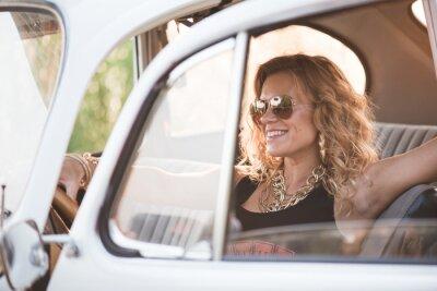 Картина Счастливый, беззаботные женщины пользуются ретро автомобиль, жаркий летний день.