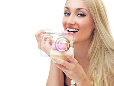 Счастливая женщина ест мороженое, изолированных на белом