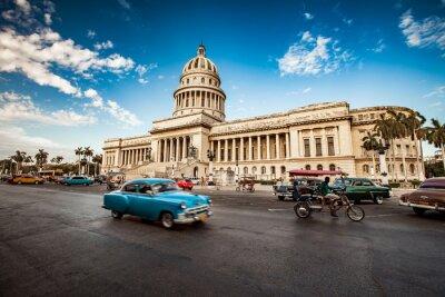 Картина Гавана, Куба - 7 июня 2011 года: Старый классический американский автомобиль едет в F