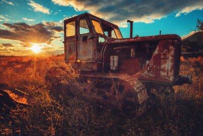 Картина HDR изображение старого ржавого трактора в поле. Заход солнца