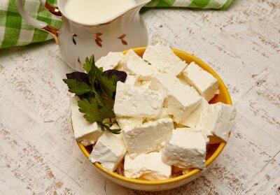 Картина здоровая пища. творог и молоко на белом фоне деревянные