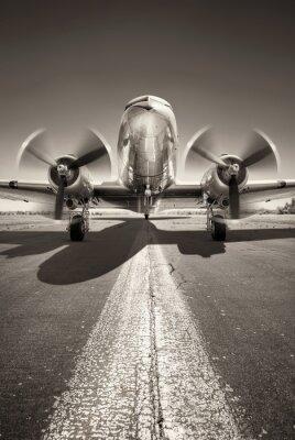 Картина исторический самолет ждет взлета на взлетно-посадочной полосе