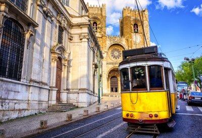 Картина Исторический желтый трамвай в передней части собора в Лиссабоне, Лиссабон,