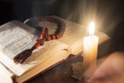 Картина священная книга и крест на деревянном фоне