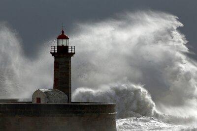 Картина Огромная волна над маяком