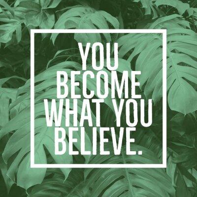 Картина Вдохновенная мотивационная цитата «вы становитесь тем, во что вы верите». на фоне зеленых листьев.