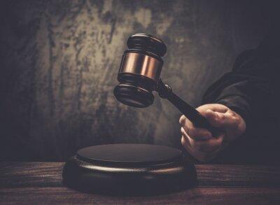 Картина Держать молоток судьи на деревянный стол