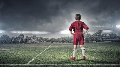 Картина малыш мальчик на футбольном поле