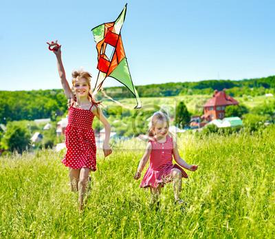 Дети летающих змей на открытом воздухе.