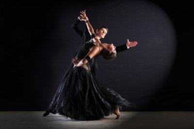 Картина Latino танцоров в бальном зале, изолированных на черном